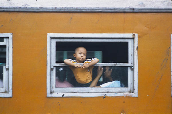 Kind sieht durch Fenster eines Ekonomi-Zuges. Foto: Danumurthi Mahendra CC-BY-2.0