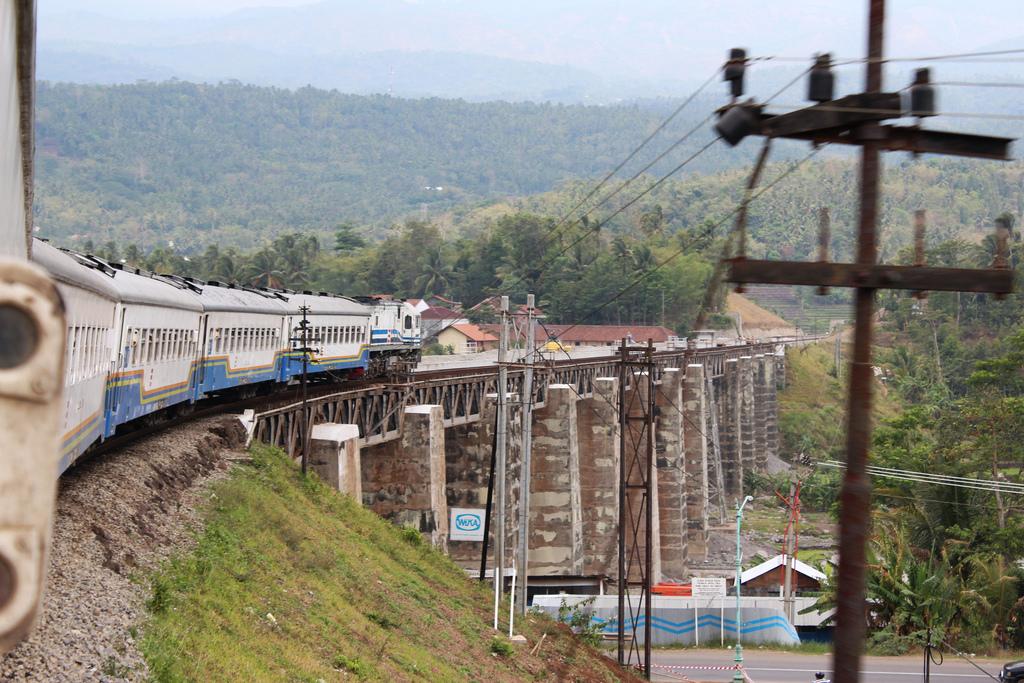 Java Indonesien: Zug über Brücke Foto: Anwar Siak CC-BY-2.0