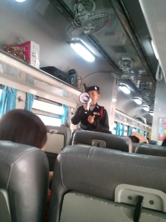 Thailand: Zug nach Bangkok. Diesel Rail Car (DRC)
