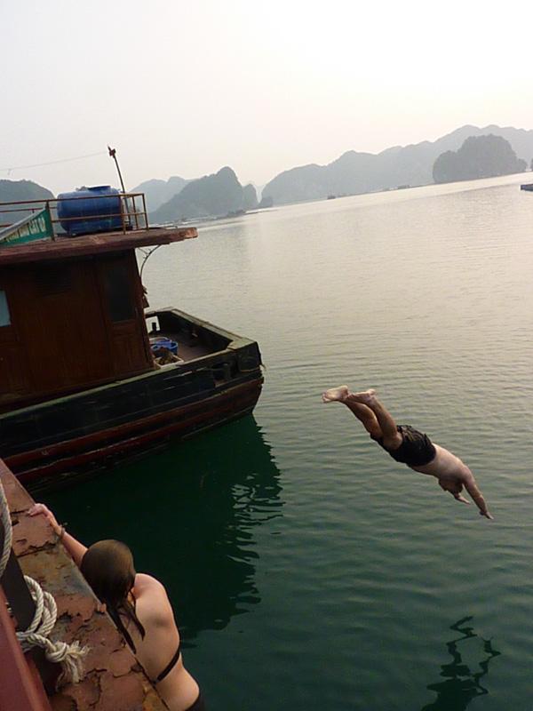 Ein Sprung ins Wasser darf bei keiner Halong Bucht Tour fehlen