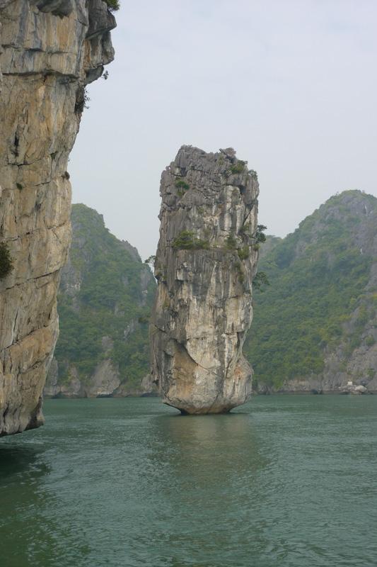 Karstberge und Felsen in der Halong Bucht