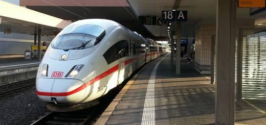 ICE der Deutschen Bahn am Bahnhof